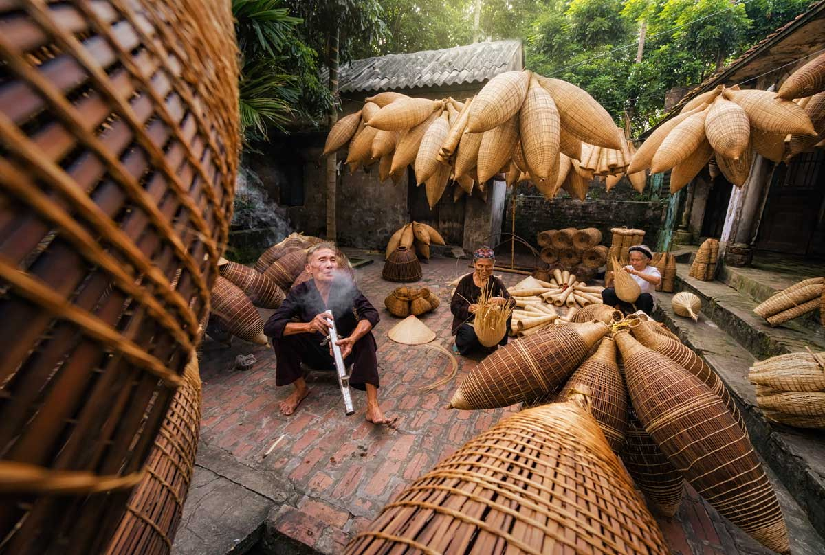Vietnamese making leaf fiber hat